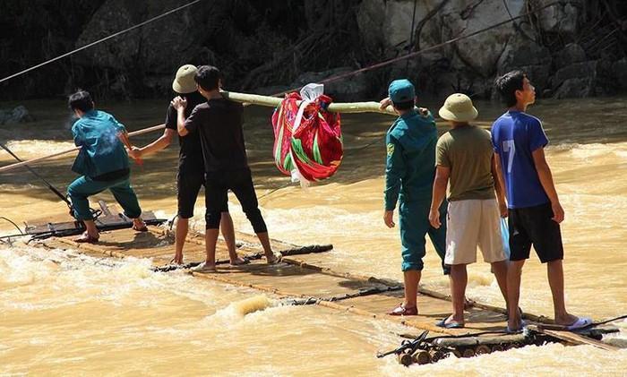 Lực lượng chức năng tìm thấy thi thể bé trai 10 tuổi trong gia đình 6 người mất tích sau trận mưa lũ kinh hoàng ở Sa Ná. Ảnh: Pháp Luật TP.HCM