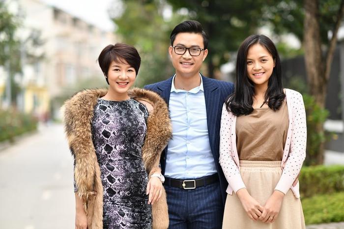 Kim Ngọc bên bạn diễn Tiến Lộc và Thu Quỳnh