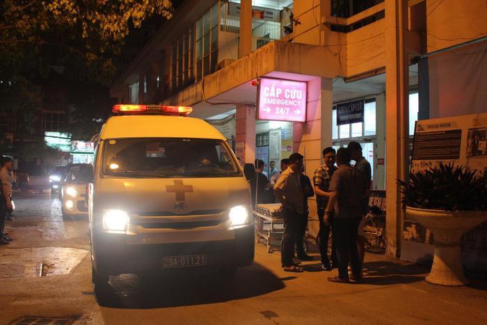 Xe cấp cứu đưa bé trai đến bệnh viện nhưng học sinh L. không qua khỏi.