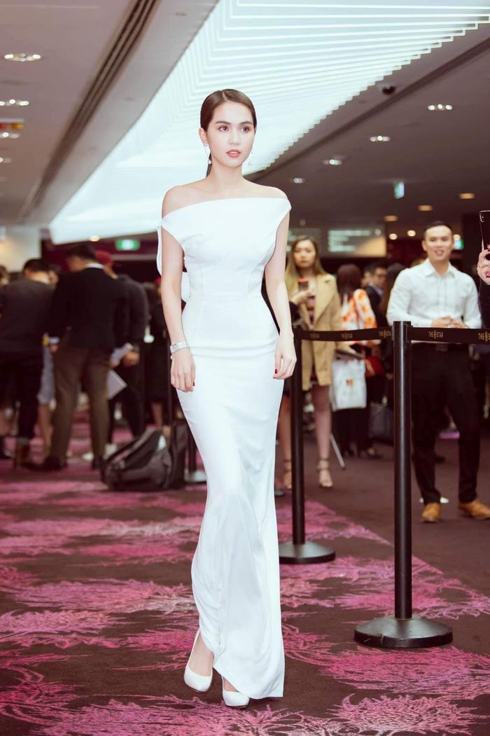 Dáng váy ôm có thể hơi khó di chuyển một chút, nhưng phải công nhận nó là sự lựa chọn rất đúng đắn với những cô gái có dáng vóc như Trinh.
