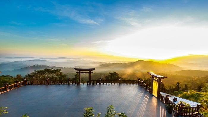 Chùa Linh Quy Pháp Ấn nổi tiếng ở Lâm Đồng bởi nơi đây sở hữu cảnh quan thiên nhiên hữu tình thơ mộng. (Ảnh:dulichdalatbinhdan)