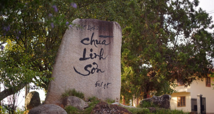 Hòn đá lớn ghi tên chùa được đặt ngay trước cổng chùa Linh Sơn. (Ảnh: nemtv)