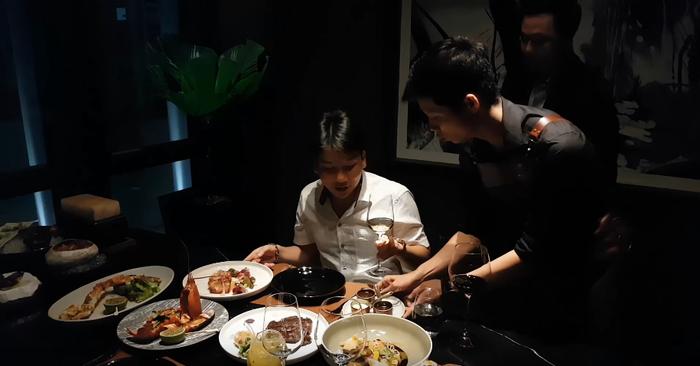 Bàn đồ ăn với những món sơn hào hải vị của nhà hàng đắt bậc nhất Sài Thành của Khoa Pug.