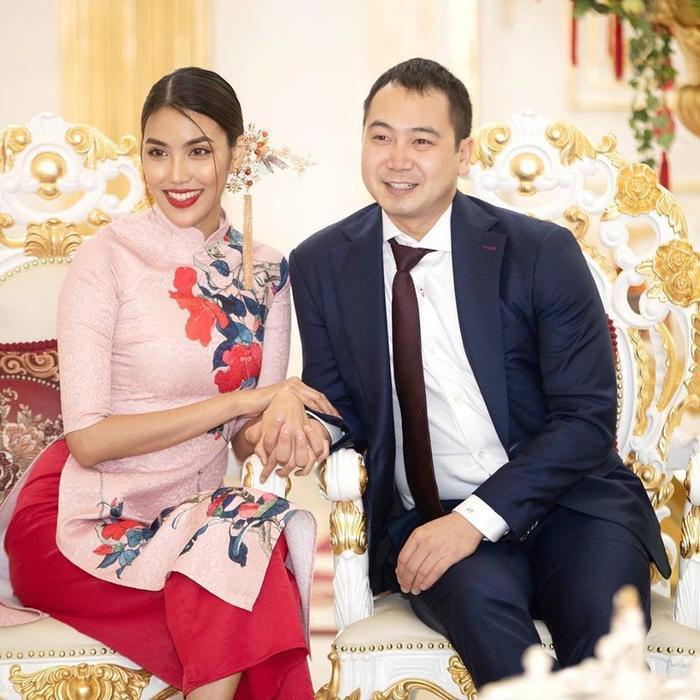Bên dưới bài viết củaJohn Tuấn Nguyễn, bạn bè và người hâm mộ đã nhanh chóng gửi lời chúc mừng tới cặp đôi