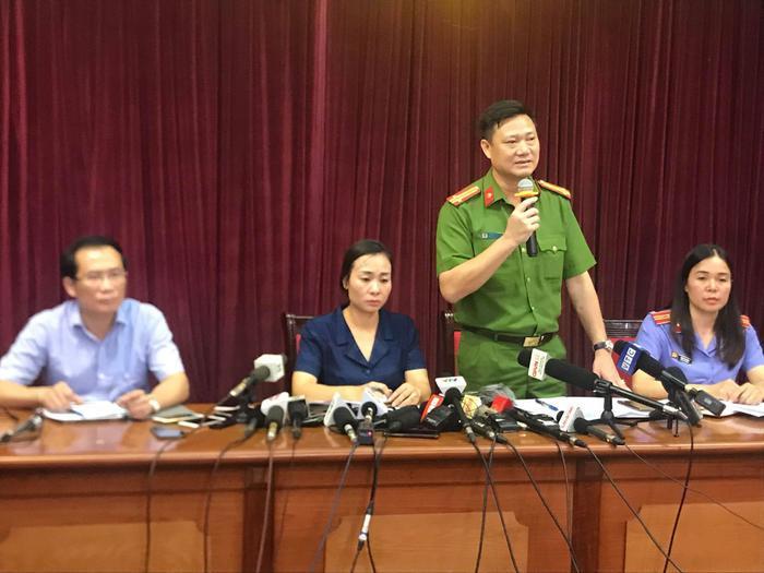 Trung tá Trần Văn Hoá, Phó Trưởng Công an quận Cầu Giấy thông tin tại buổi họp báo.