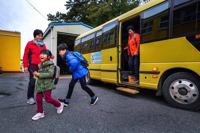 Hàn Quốc cũng áp dụng luật nghiêm ngặt để kiểm soát học sinh trên xe buýt đưa đón.