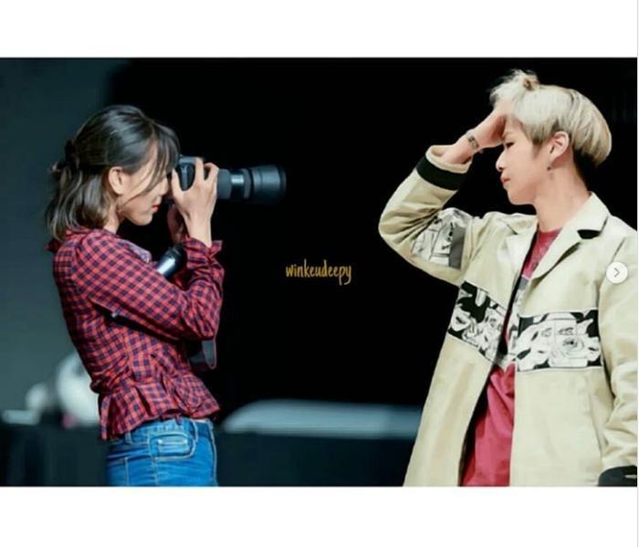 Kang Daniel tạo dáng cho Jihyo chụp hình.