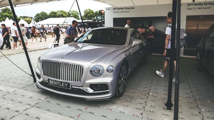 Tỷ phú Phạm Nhật Vượng từng gắn bó với thương hiệu xe Bentley.