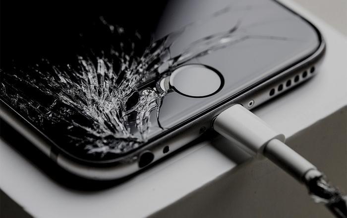 Nếu màn hình hoặc tấm bảo vệ màn hình bị nứt, vỡ thì nên thay thế chúng để tránh những hậu quả đáng tiếc xảy ra.