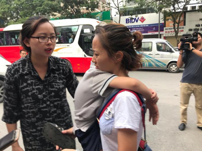 Phụ huynhbức xúc trước việc nhà trường để xảy ra việc bé trai bị bỏ quên trong xe đưa đón dẫn đến tử vong thương tâm.