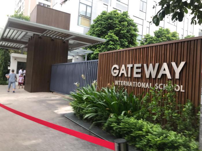 Bé trai 6 tuổi tử vong sau khi bị bỏ quên trên xe ô tô đưa đón trường Gateway gây xôn xao dư luận