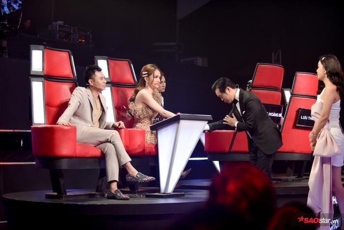 Những màn tranh giành thí sinh của các HLV là đặc sản không thể thiếu ở vòng Giấu mặt – The voice Kids.