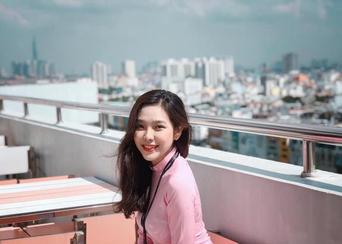Nổi trội trong lứa sinh viên năm nhất của ĐH Tôn Đức Thắng còn có Nguyễn Ngọc Minh Tú, học ngành Quản trị Marketing. Cô bạn này sở hữu nhan sắc tựa các idol ulzzang Hàn Quốc.