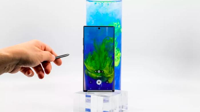 S-Pen đi kèm Note10 và Note10 Plus thực sự trở thành một chiếc điều khiển từ xa. Bộ lập trình ứng dụng các tính năng từ xa đi kèm với bút còn được Samsung cập nhật cho các nhà phát triển ứng dụng bên thứ ba để mở rộng khả năng của S-Pen.
