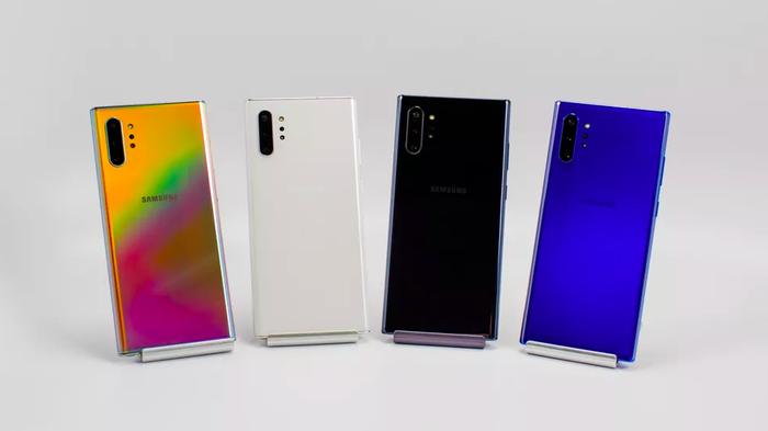 Dù vậy, tuỳ một số thị trường và đơn vị bán lẻ, người dùng sẽ có thêm các phiên bản màu máy khác nhau. Ví dụ như tại Mỹ, thông qua Samsung.com hay Best Buy, bạn có thể mua chiếc Note10 và Note10 Plus phiên bản màu xanh Aura Blue.