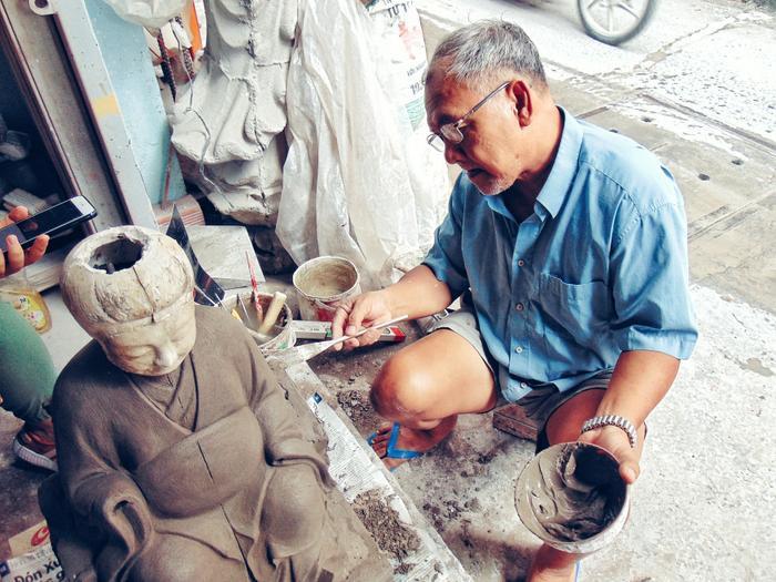 Chú Mai Văn Tuấn bên cạnh tác phẩm đang dần hoàn thiện của mình.