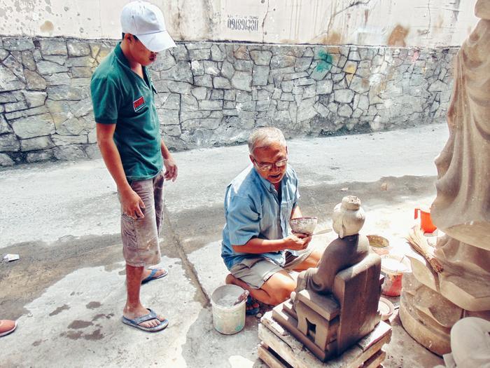 Những người thợ trẻ tiếp thu kiến thức được truyền lại từ tiền bối.