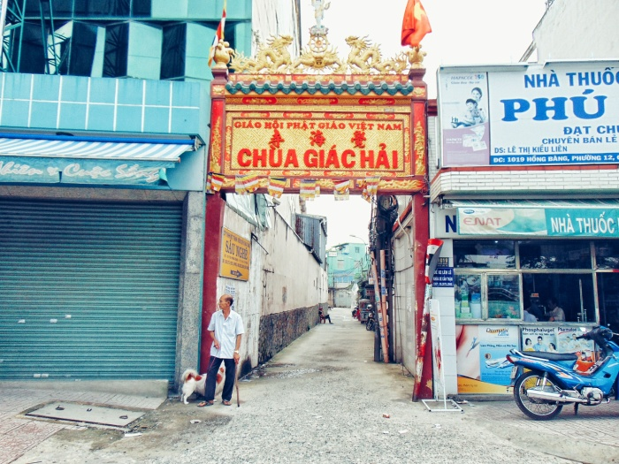 Xóm nghề làm tượng Phật nằm lọt thỏm bên trong con hẻm Chùa Giác Hải.