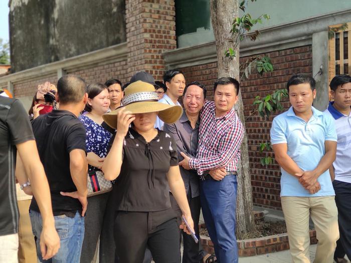 Anh Sơn cùng người thân đau đớn trong đám tang con trai.