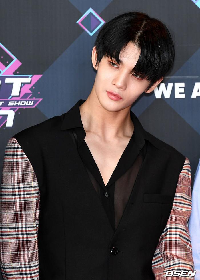 Không còn là cậu bé dễ thương, đáng yêu với gương mặt nhỏ nhắn nữa. Bae Jin Young khiến trái tim fan xao xuyến qua vẻ ngoài quyến rũ.