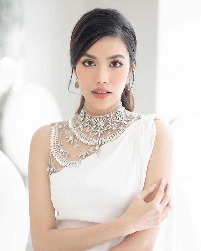 Màu trắng cũng được Lan Khuê lựa chọn trong những set đồ dự tiệc thời kỳ mang thai.
