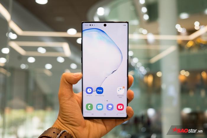 Sự thay đổi của Note10 không chỉ ở mặt lưng mà còn cả ở mặt trước sản phẩm. Theo đó, Galaxy Note10 có 2 tùy chọn gồm Galaxy Note10 và Galaxy Note10+ với kích thước màn hình lần lượt là 6,3 inch và 6,8 inch. Đây là dòng màn hình lớn nhất từ trước đến nay được trang bị cho Galaxy Note.