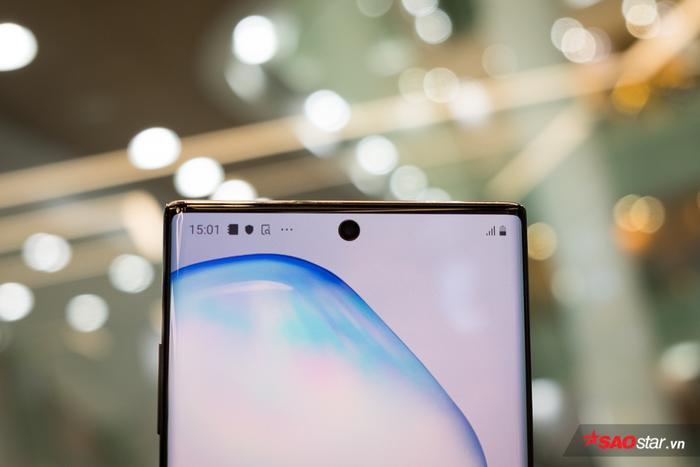 Thay đổi đáng chú ý trên màn hình 10 là vị trí camera selfie được đưa vào vị trí trung tâm ở đỉnh máy, giúp màn hình gần như tràn ra ở 4 viền máy. Vị trí này cũng là nơi đặtcamera selfie độ phân giải 10 MP.