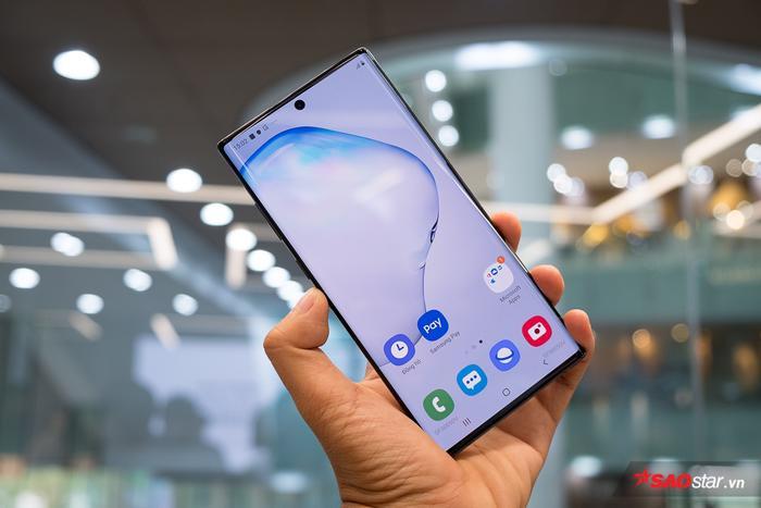 Bộ đôi màn hình này đều dùng công nghệ Dynamic AMOLED và hỗ trợ HDR 10+, Galaxy Note10 có độ phân giải FullHD+ và Galaxy Note10+ có độ phân giải QHD+.