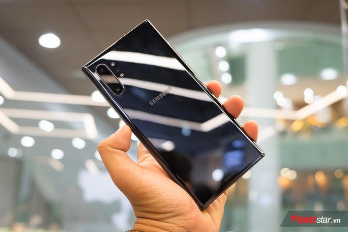 Điểm nhấn trong thiết kế của Galaxy Note 10 đó là hình dáng trông vuông vức với những đường vát thẳng ở mỗi góc, thay vì bo tròn như thế hệ Galaxy S gần đây. Vớiphiên bản màu đen, người dùng sẽ thấy lối thiết kế này trông có phần mạnh mẽ và nam tính.