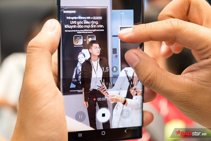 Tính năng Zoom-In Mic cho phép khuếch đại thu âm thanh trong khung hình và lọc tiếng ồn hậu cảnh cũng là một trong những tính năng đáng chú ý trên Note10.