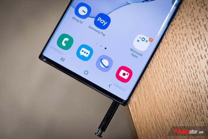 Một điểm nhấn của Note10 cũng không thể bỏ qua đó là chiếc bút S-Pen ở cạnh đáy thiết bị. Năm nay bút S-Pen đi kèm Note10 hỗ trợ những tính năng điều khiển từ xa, điều khiển bằng các thao tác cử chỉ mà không cần chạm bút vào màn hình.