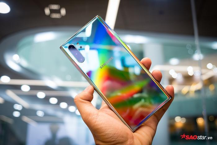 Về tổng thể, thiết kế của Galaxy Note10 vẫn là sự kết hợp giữa kính cường lực và khung kim loại nguyên khối, nhưng viền màn hình đã được làm mỏng đáng kể, và cho khả năng cầm nắm chắc tay.