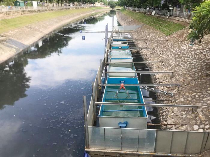 Chiều 5/8, tại sông Tô Lịch, công ty Cổ phần Cải thiện môi trường Nhật Việt (JVE) cùng TS Kubo Jun, Cố vấn kỹ thuật Tổ chức xúc tiến Thương mại-Môi trường Nhật Bản, tiến hành lắp đặt khu trình diễn xử lý nước sông Tô Lịch (Hà Nội) bằng công nghệ Nano - Bioreactor.
