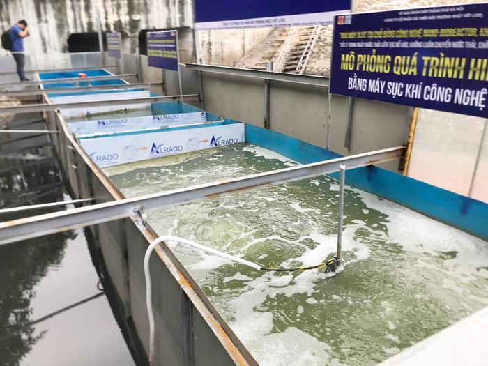 Ở bể tiếp theo đặt máy Nano rất là nhỏ để kích hoạt vi sinh vật hiếu khí. Sau khi bùn hữu cơ được phân huỷ thì bùn vô cơ sẽ lắng đọng lại. Bể cuối cùng là bể nước sạch đạt quy chuẩn Việt Nam có thể dùng tắm rửa được.