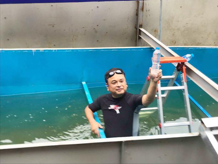 Chai nước được lấy dưới bể đã qua xử lý nhìn bằng mắt thường khó ai tin được đây chính là nước sông Tô Lịch.