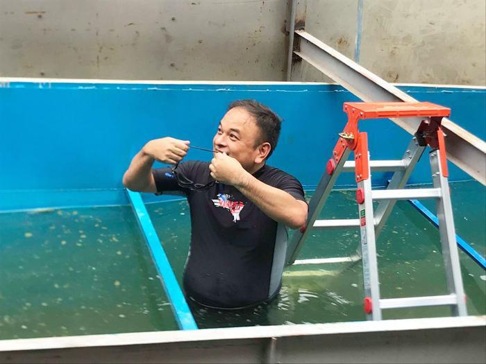 Chiều nay (8/8) chuyên gia Nhật Bản TS Kubo Jun có mặt ở Hà Nội và đích thân ông đã tắm bên trong bể nước sau khi xử lý cho mọi người cùng thấy.