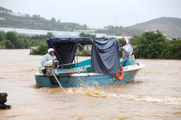 Lực lượng chức năng sử dụng xuồng cứu hộ để giải cứu người dân bên hồ Đan Kia bị mắc kẹt do mưa lũ. Ảnh: Zing.vn