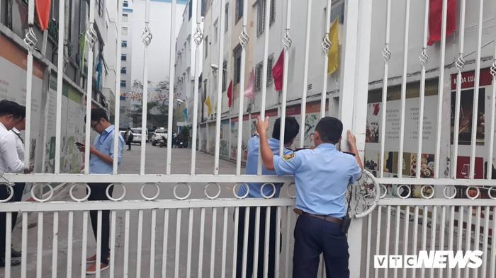 Cổng trường đóng kín, tất cả sinh viên bị yêu cầu ra bên ngoài. Ảnh: báo VTC News