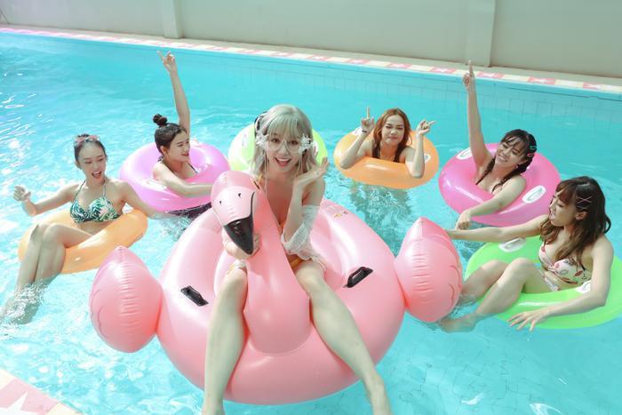 Hari Won khiến fan 'choáng' khi lần đầu diện bikini trễ nải quay MV ảnh 5