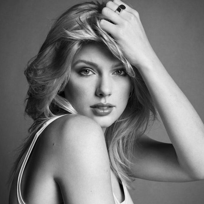 """Nữ hoàng """"bướm chúa"""" đã chuốc bỏ đi những màu sắc sặc sỡ và hóa thân thành nữ thần mộc mạc, giản dị trong bộ ảnh độc quyền với Vogue."""