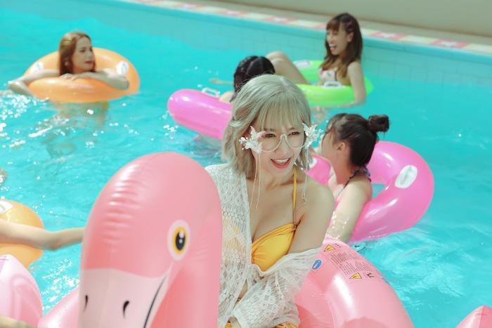Choáng với 15 giây lần đầu 'liều lĩnh' diện bikini 'nóng bỏng mắt' của Hari Won