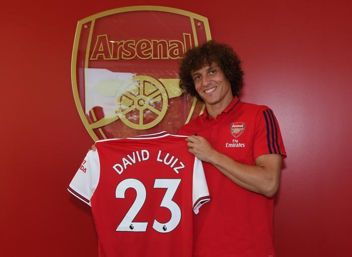 """David Luiz bất ngờ trở thành """"pháo thủ"""" trong ngày cuối cùng của kỳ chuyển nhượng."""