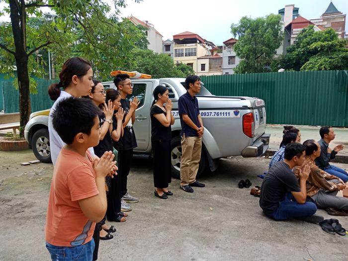 Người thân bật khóc làm lễ cầu siêu tại nơi đỗ chiếc xe để quên bé trai 6 tuổi trường Gateway ảnh 1