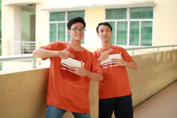 Nguyễn Phú Nghĩa (trái) - chàng trai thủ khoa kỳ thi ĐGNL 2019 cùng bạn.