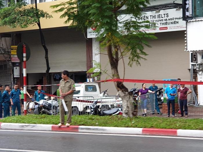 Người đàn ông nằm bất động tử vong, cạnh đó là một cây lớn đổ ngang đường.