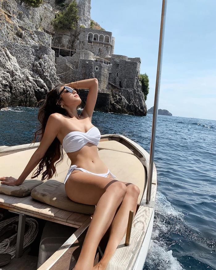 Thảo Nhi Lê thu hút mọi ánh mắt khi chọn cho mình thiết kế bikini hai mảnh gợi cảm, khoe khuôn ngực đầy, vòng eo thon.