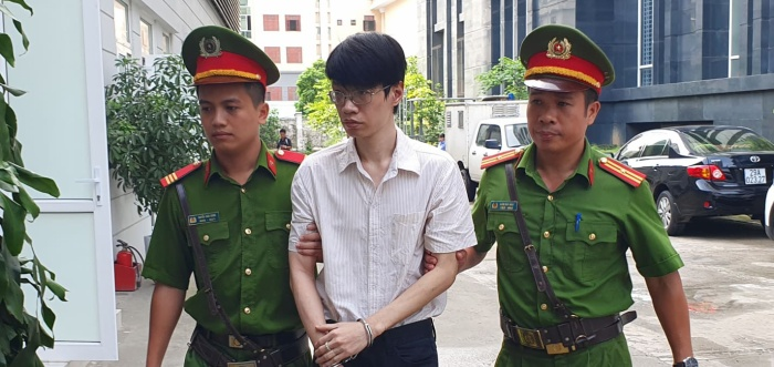 Nguyễn Anh Tú được cảnh sát dẫn giải đến toà.
