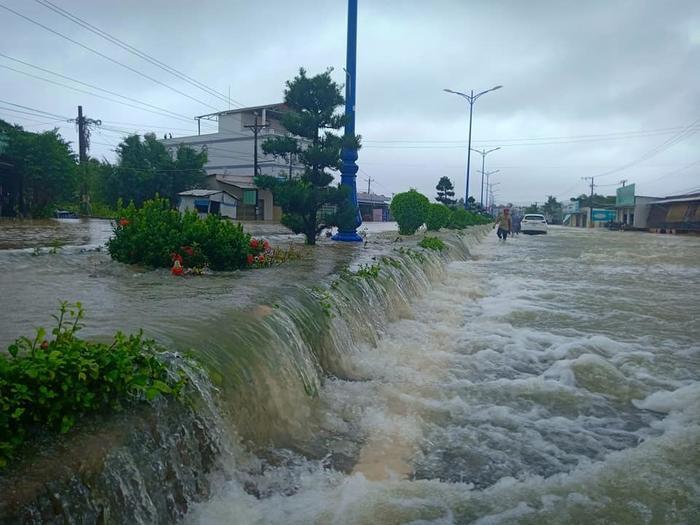 """Nước lũ chảy xiết trên tuyến đường ở """"đảo ngọc"""" Phú Quốc. Ảnh: VietNamNet"""