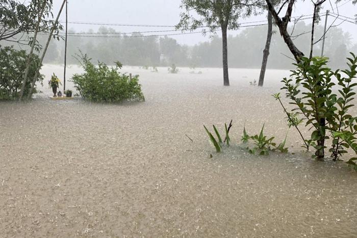 Trưa 9/8, nước ngập khoảng 60 cm ở Bến Tràm, xã Cửa Dương. Ảnh: Zing.vn