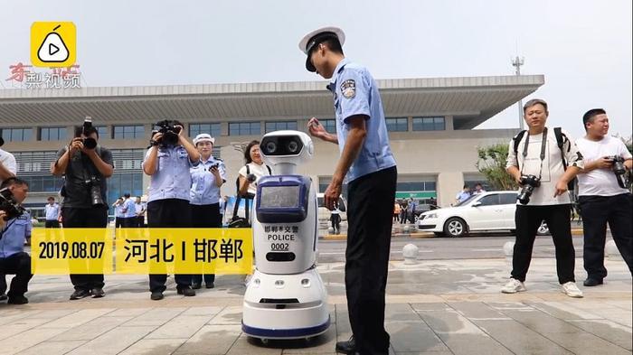 Robot cung cấp thông tin được thiết kế để giải đáp mọi thắc mắc cho người đi đường.(Ảnh: Nextshark)